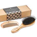 Bambus Wildschweinborsten Haarbürste mit Entknotungsstiften. Die perfekt zum Entknoten von Haaren geeigneten Stifte führen das Haar in Richtung der Wildschweinborsten. Das macht das Haar glänzend und seidig. Die Bürste wird in einer umweltfreundlichen Verpackung geliefert.