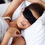 Premium Schlafmaske - Überall Schlafen mit Schlafbrille von DrSleepwell - Sleep mask - Schwarze Augenbinde - Ein Bessere Schlaf und nicht mehr Leiden von Müdigkeit - Augenmaske gegen Licht im Flugzeug, Arbeitsplatz, Auto- Unisex für Damen und Herren - Mittel gegen Licht - Zwei Ohrstöpsels inklusive - 100% Zufriedenheit Garantiert