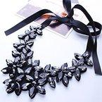 YAZILIND Flower Ribbon Kette Halskette Anhänger Bib Crystal Elegante Halsreif Klobige Kragen Frauen Schmuck Grau